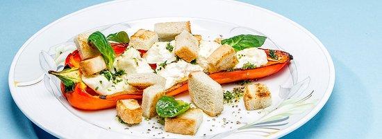 Paprika mit Fetakäse und Würzcroutons