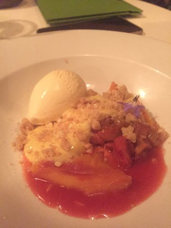 Milton, Australien: Rubbarb and strawberry crumble