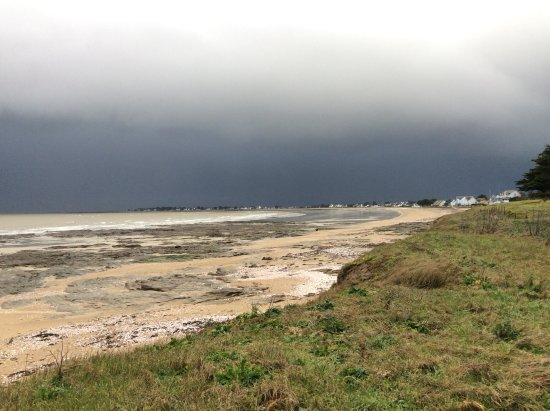 Hôtel de la Plage : A stormy morning at the beach .