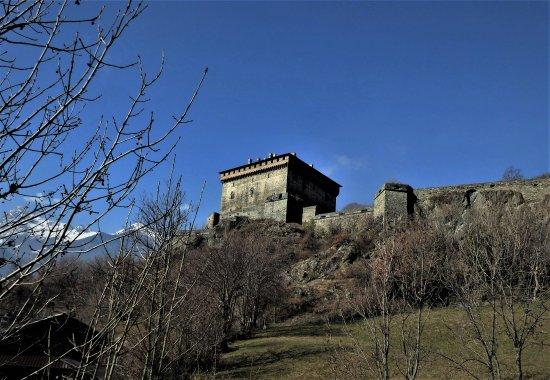 Verres, Italy: Il castello visto dal parcheggio