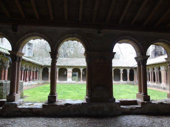 Saint-Papoul, Francia: arcades et jardins