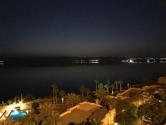 Kempinski Hotel Ishtar Dead Sea: Night view to the dead sea from the restaurant building terrace