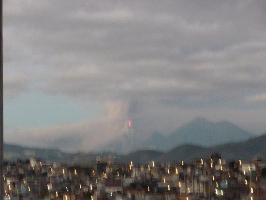 Conquistador Hotel & Conference Center: Cerise sur le gateau, une eruption de volcan en direct, super.