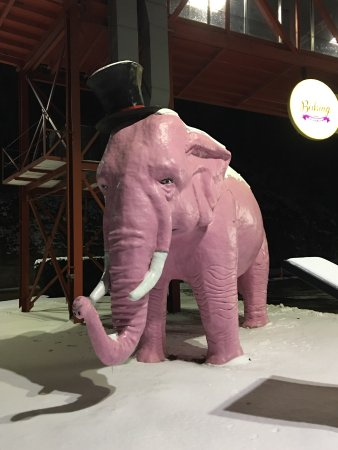 Lady Luck Casino Marquette: Pink Elephant outside the building