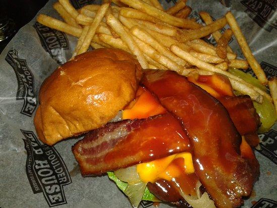 Baxter, Μινεσότα: Brown Sugar & Smoked Cheddar Burger $10.99