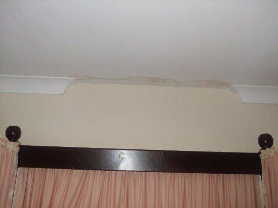 Pilgrims Hotel : Water stain