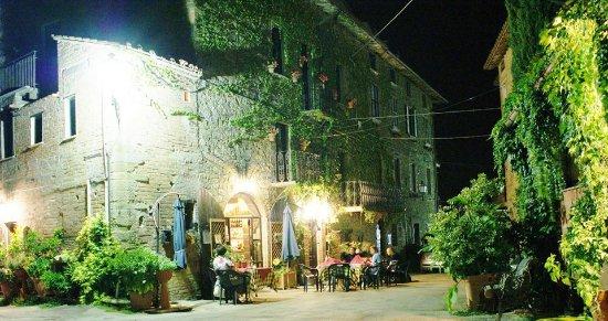 Trattoria di campagna Borgo Cenaioli: piazzetta della trattoria