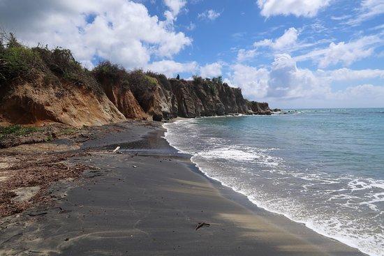 Black Sand Beach: Towards the cliffs