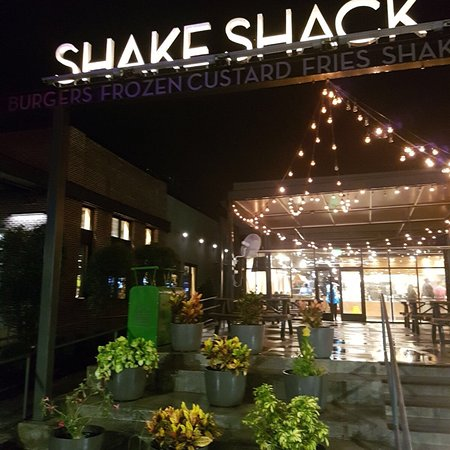 Shows the exterior of a Shake Shack branch in Orlando