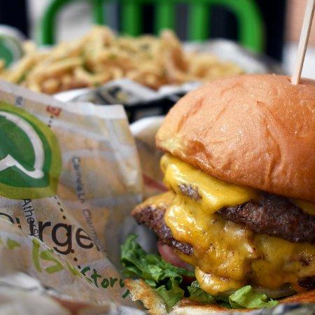 West Hollywood, Kalifornien: Walhburgers...now open!