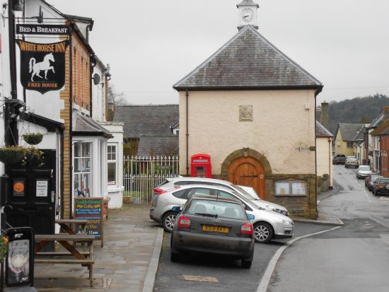 Clun, UK: They also do takeaway, food and alcohol.