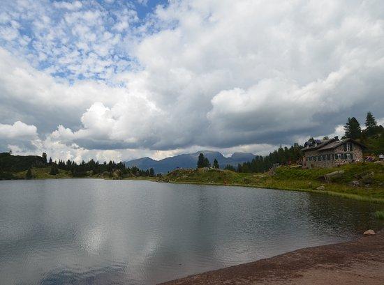 Siror, Италия: il lago con il rifugio