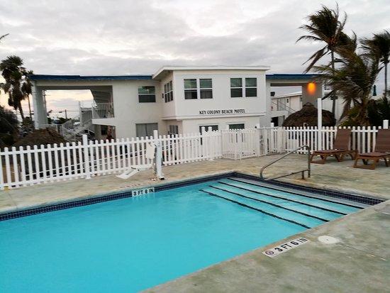 Key Colony Beach Motel: Blick vom Pool auf das Motel