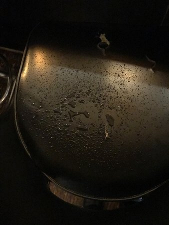 Maya Restaurant: Liquid on my chair from leaking ceiling above dining area!