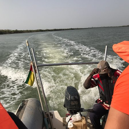 Quinhamel, Guinea-Bissau: Река широкая, глубокая. По берегам вулканические породы. Без обуви заходить нежелательно, можно