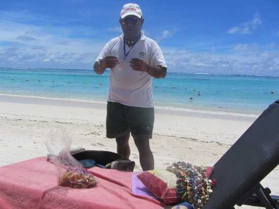 Palmar: Buying some cultured pearls on the beach!!