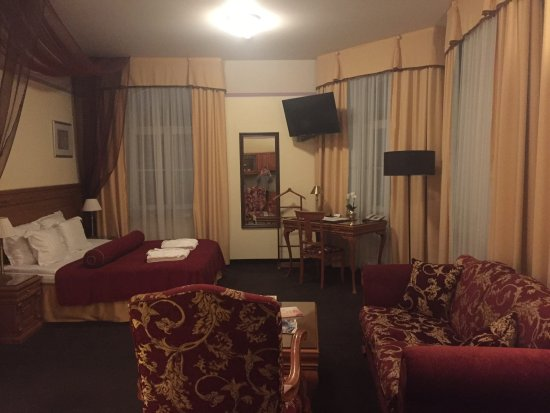 Hotel Imperial: Larger room with kitchenette - overlooks the Main Street.
