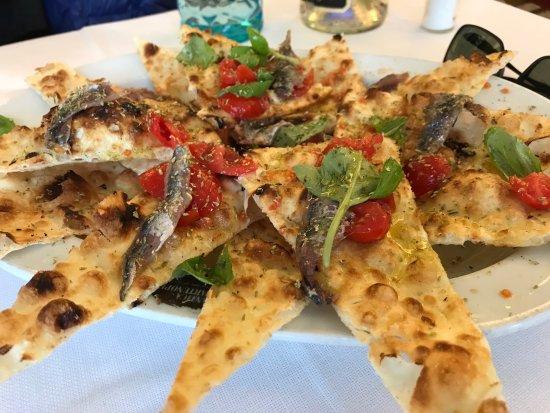 Cesano Boscone, Italia: focaccia leggera, sottile, croccante, fantastica, gustosissima