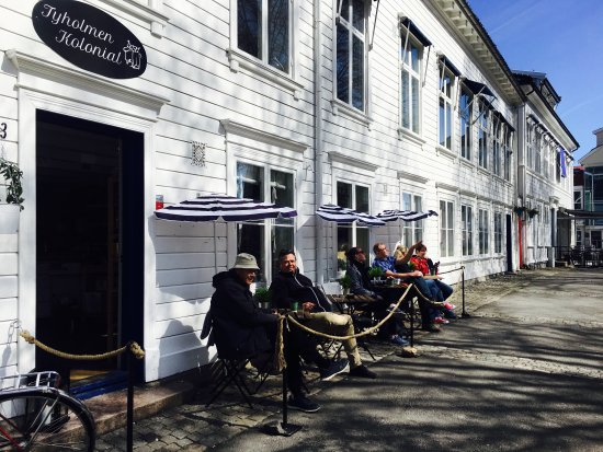 Arendal, Norwegia: Quaint little shop with lokal food and cafe:)