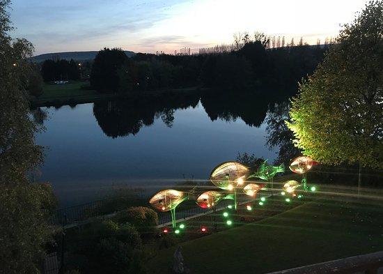 Joigny, Fransa: Vue des chambres le soir