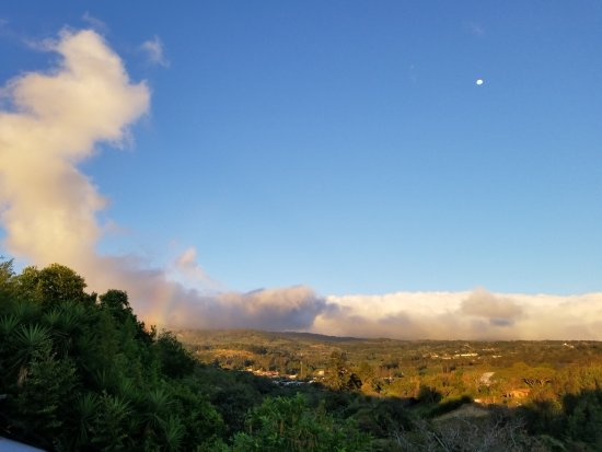 Hotel Monte Campana: How many times have you seen a full moon in a clear sky as a rainbow forms under the cloud to th