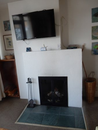 Sooke Harbour House Resort Hotel: Fireplace, no elevated hearth.