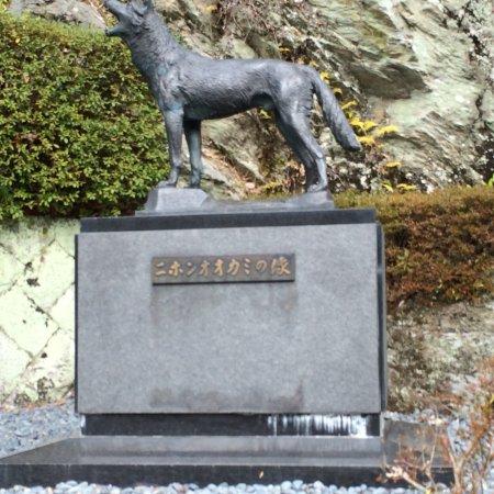 Higashiyoshino-mura, Japan: ニホンオオカミの像