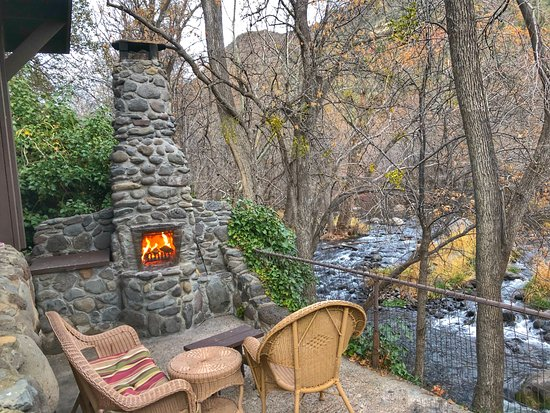 Briar Patch Inn: Creekside Cabin outdoor patio, right next to the creek