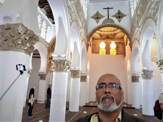 Sinagoga de Santa María la Blanca: A cruz encimando um arco mourisco numa sinagoga