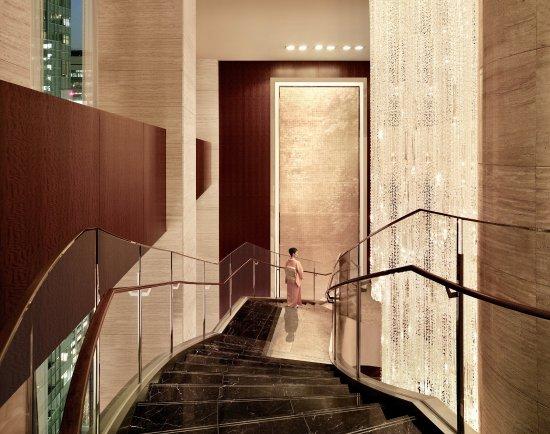 Shangri-La Hotel, Tokyo: Grand Staircase