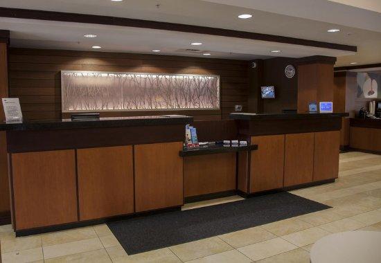 Fairfield Inn & Suites Bedford: Lobby