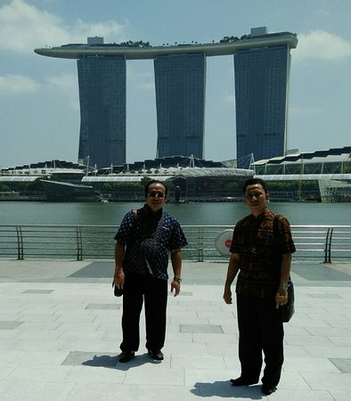 jalan-jalan di Marina Bay walau siang tidak terasa kepanasan