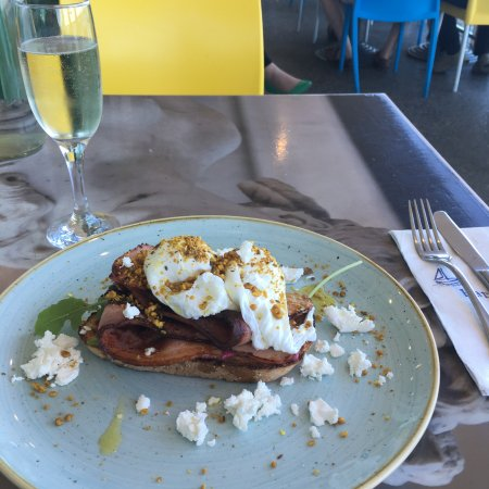 Cottesloe, Australia: Hummus eggs with bacon