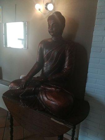 Pollenzo, إيطاليا: Statua di buddha posta all'ingresso del locale.
