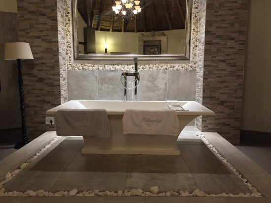 Louis Trichardt, África do Sul: Ornamental bathtub in Presidential room. For the lovers.