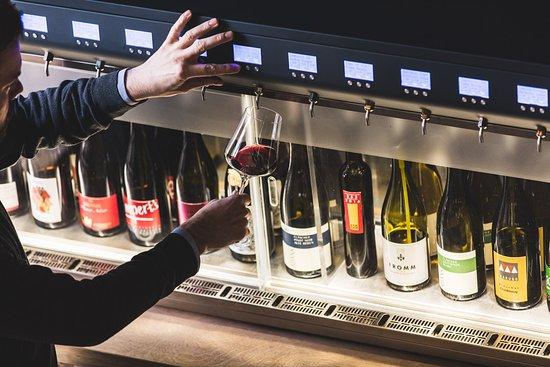 Maienfeld, Suiza: 20 verschiedene Weine im Offenausschank.