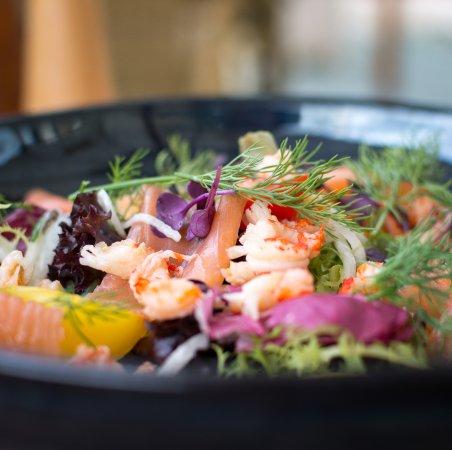 Chiny, België: Salade d'écrevisses et saumon