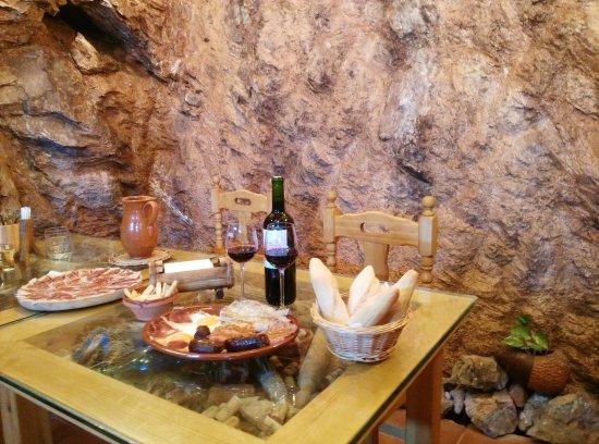 Alpandeire, Spain: Bodeguita Cueva de la Higuera