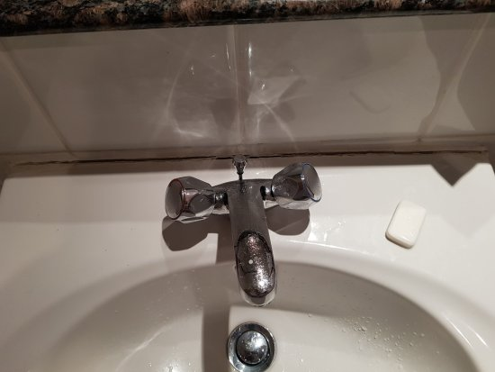 Mercure Warwick Honiley Court Hotel: The sink could do with some sealant?!