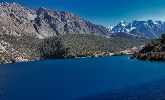 Dolpo, เนปาล: Phuksundo Lake with great views. . .