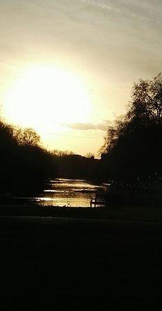 Hyde Park: controluce al tramonto