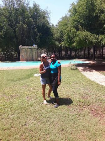 Marloth Park, South Africa: Lou Weez (customer) and one of our lovely waitresses