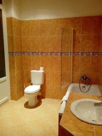 Hotel Trocadero: duza lazienka reczniki i mydła w standardzie