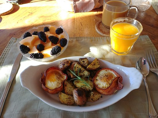 Whale Watch Inn by the Sea: Breakfast: bacon wrapped eggs, warm cinnamon rolls in the basket, fresh-squeezed OJ