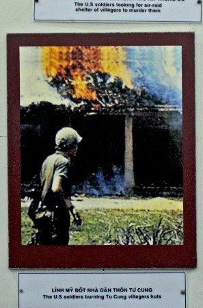 Quang Ngai, فيتنام: My Lai, die Häuser werden angezündet