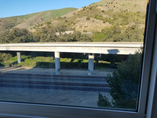 Brisbane, CA: The view from our room. Railroad tracks and the highway. Very noisy.