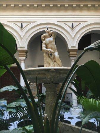 Hotel Palacio de Villapanes: Fountain in entryway