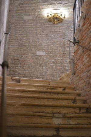 Locanda Leon Bianco: Ingreso por escalera.