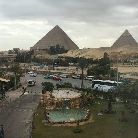 ピラミッドが部屋から見えるホテル