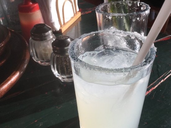 Cuates y Cuetes: Happy Hour lime margarita 2-1